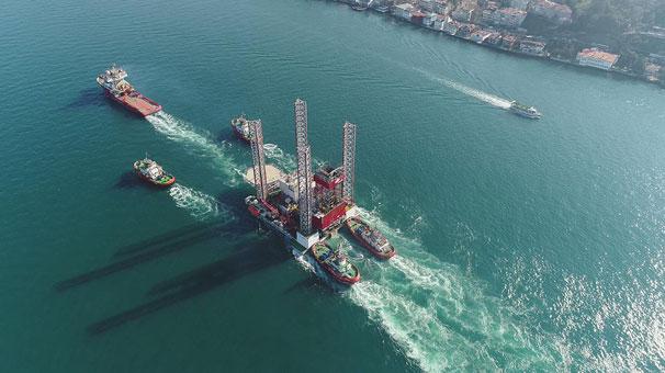 Dev petrol platformu İstanbul Boğazı'ndan geçemedi