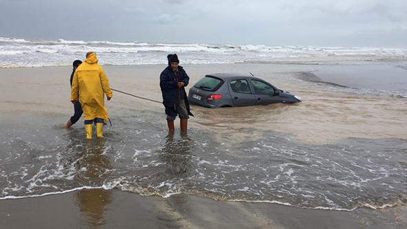 Gece park edilen araç, sabah sulara gömüldü