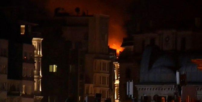 Taksim'de yeni yıla girerken korkutan yangın