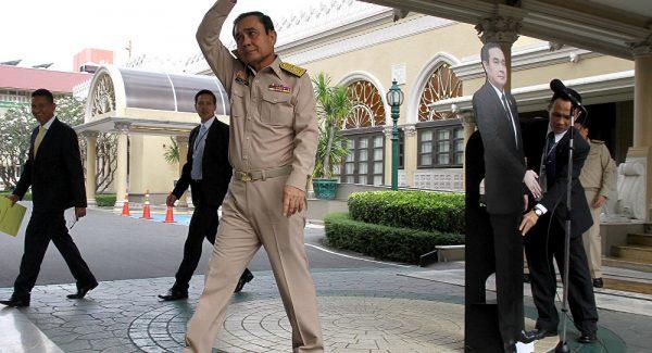 Tayland Başbakanı'ndan ilginç protesto: Sorularınızı bu kartona sorun
