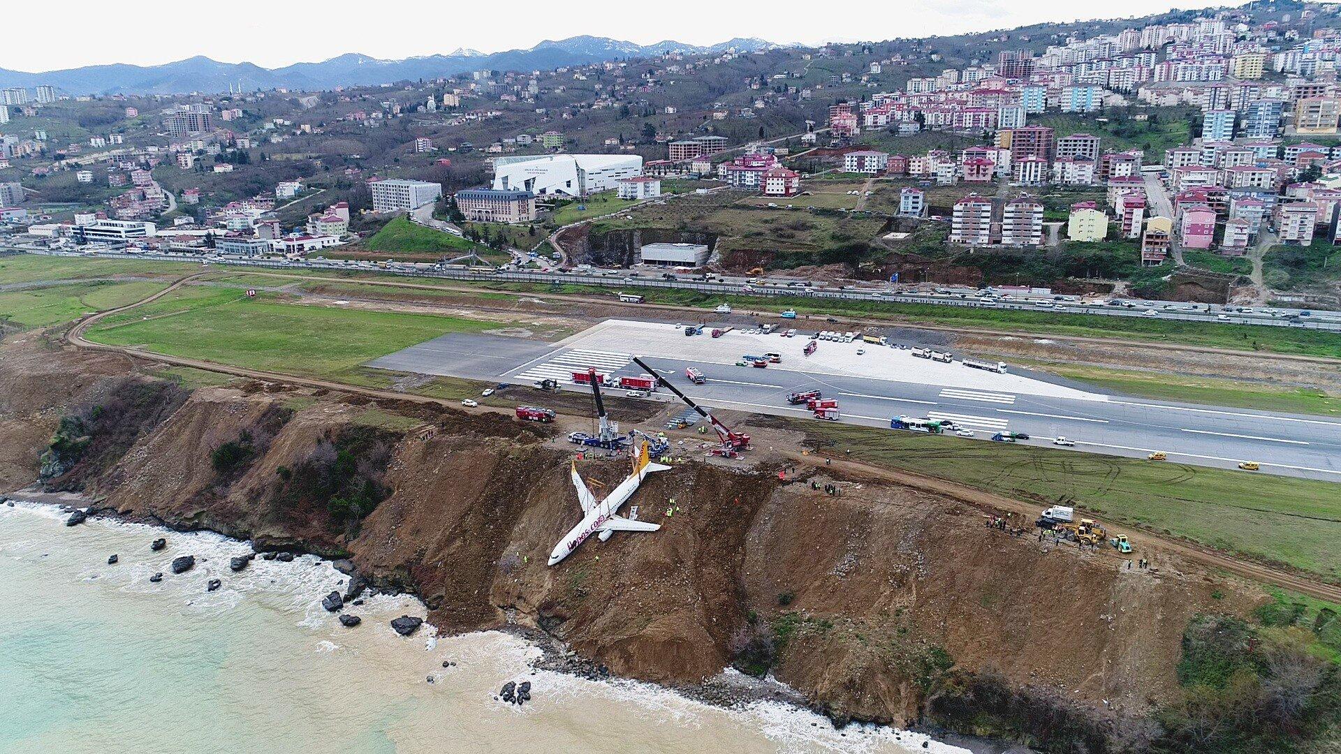 Trabzon'da pistten çıkan uçağı kaldırma çalışmaları başladı