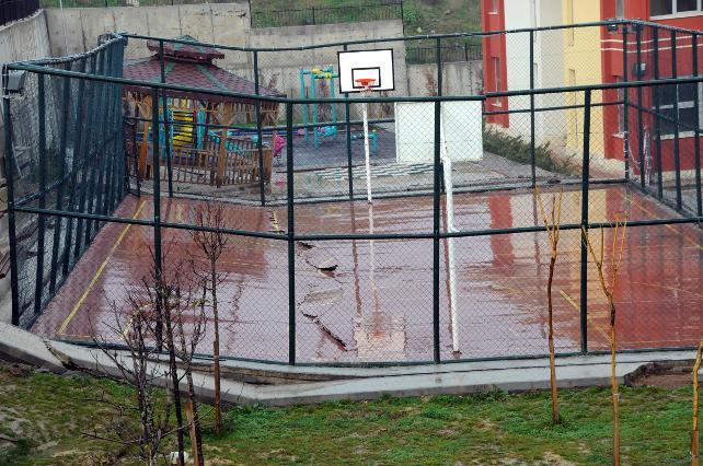 Lisenin basketbol sahası ikiye bölündü!