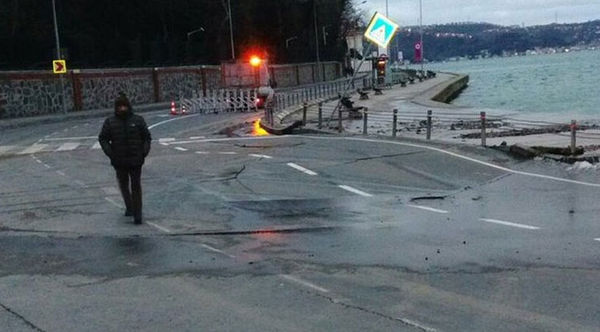 İstanbul'da sahil yolu çöktü!