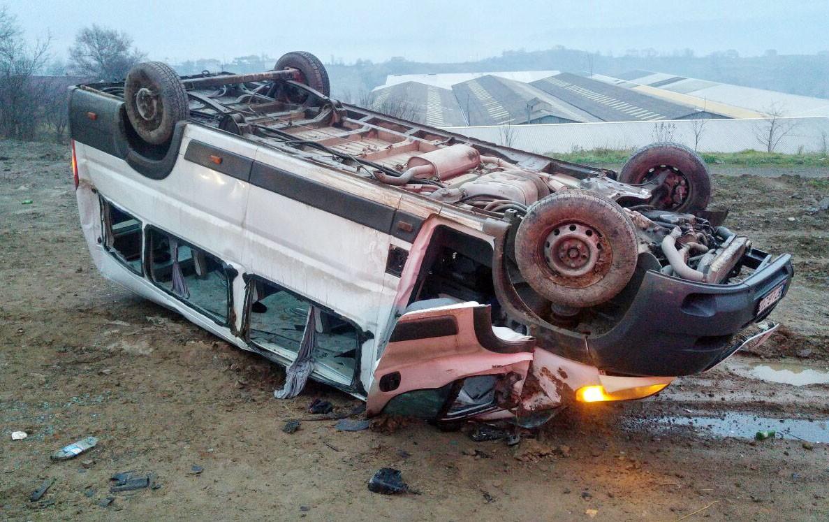 İşçi servisi ile otomobil çarpıştı: 1'i ağır, 23 yaralı