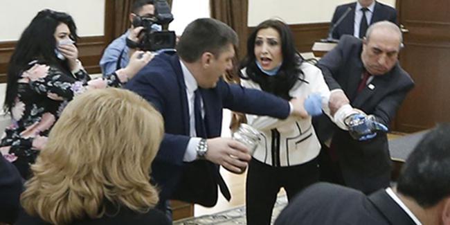 Ermenistan'da muhalif parti, Belediye Başkanı'na 'dışkı' vermeye çalıştı