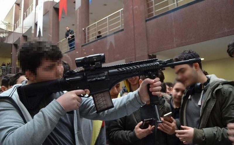Burası bir üniversite: Ortaokul ve lise öğrencilerine silah tanıtımı yapıldı!