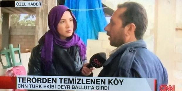 CNN Türk muhabiri ÖSO'nun girdiği yerde başını kapattı!