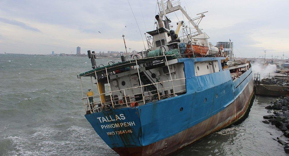 Şiddetli fırtına sebebiyle gemi sahile vurdu