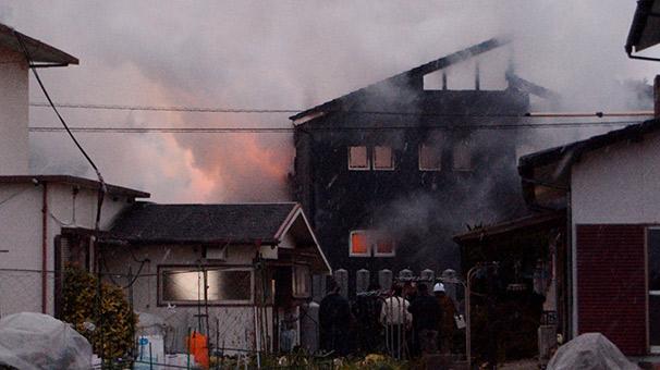 Japonya'da askeri helikopter evlerin üzerine düştü