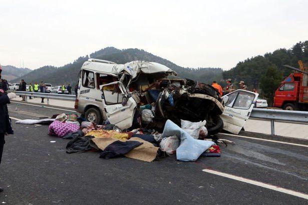 Minibüs kamyonla çarpıştı: Çok sayıda ölü ve yaralı var