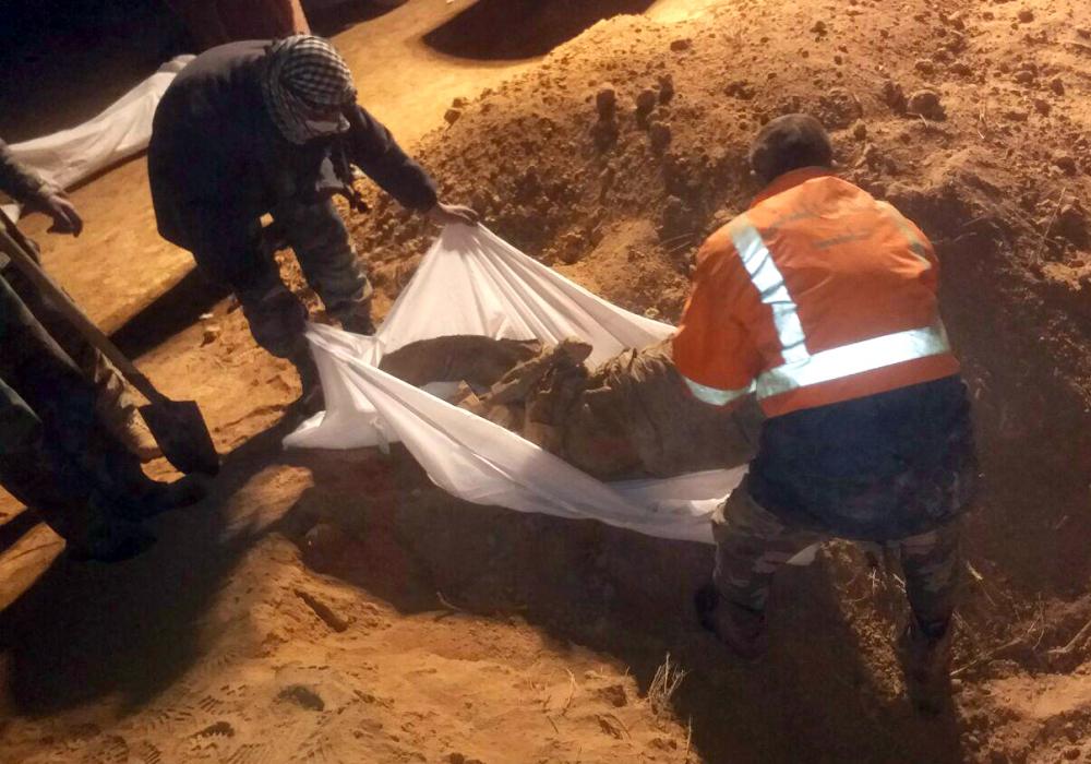 Suriye ordusu Rakka'da toplu mezar buldu