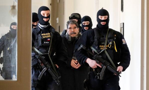 Prag'da gözaltına alınan Salih Müslim'den ilk görüntü