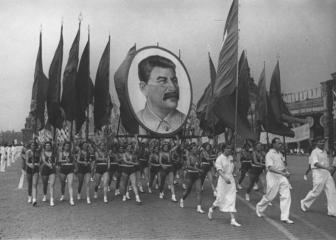 Dünyanın en yaşlı cerrahından Stalin yorumu: Gazetede Stalin'in resmini görürsem o gazeteyi çöpe atmam