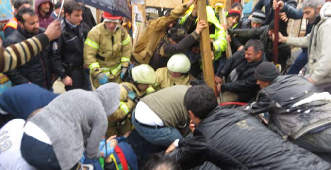 Kadıköy'de yolda yürüyen vatandaş tonlarca demirin altında kaldı