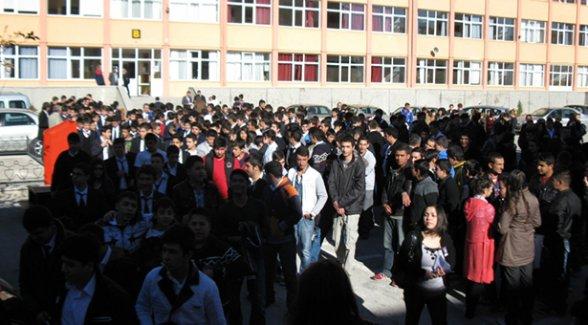 Bu okulda mobbing var: Müdür, bayrak töreninde tehdit yağdırdı