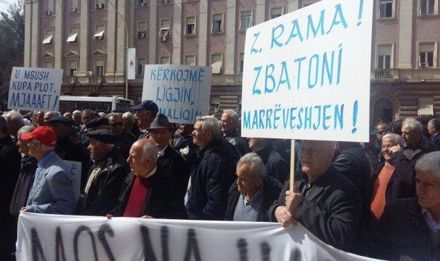 Arnavutluk'un başkenti Tiran'da madenciler gösteri düzenledi