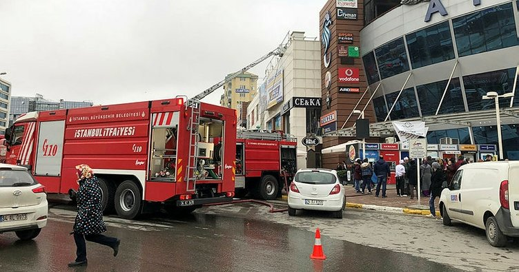 İstanbul'da bir AVM'de yangın çıktı