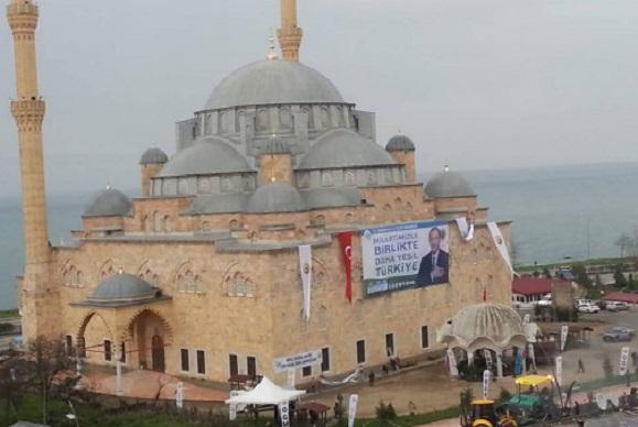 Bunu da yaptılar: Camiye Erdoğan afişi asıldı