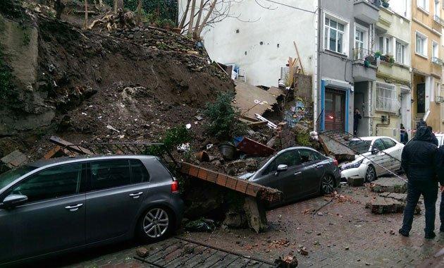 Cihangir'de duvar çöktü, araçlar altında kaldı