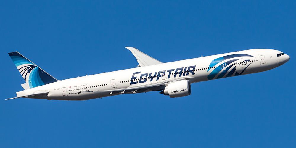 Mısır'a giden yolcu uçağında panik: Kokpite girmeye çalıştılar