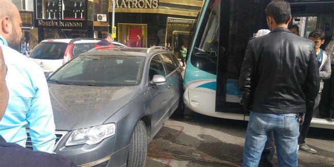 Tramvay ve otomobil çarpıştı