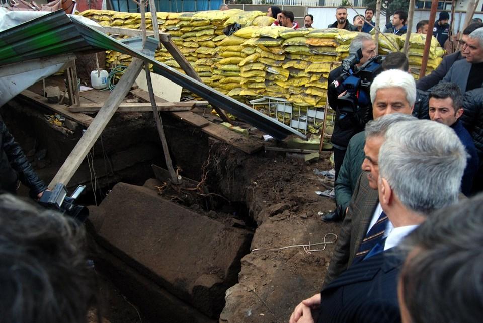 Oto yıkamacının bahçesinde bulunan, Roma Dönemi'ne ait lahit açıldı