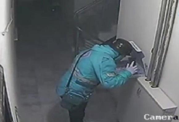 VİDEO | Götürdüğü siparişe tükürdü, cep telefonu ile de kaydetti