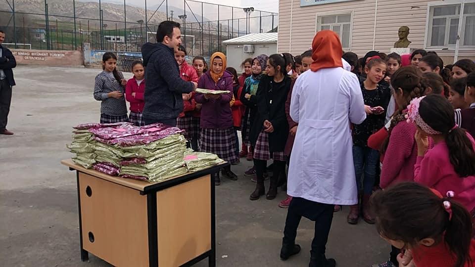 Milli Eğitim Müdürü öğrencilere türban dağıttı