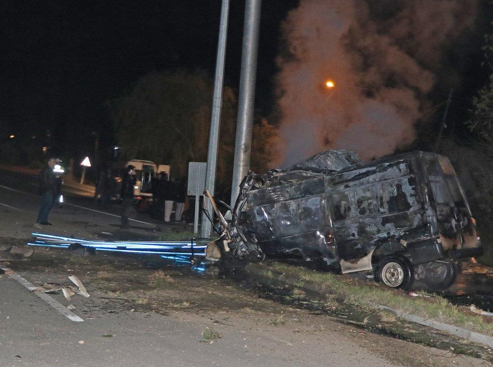 Iğdır'da facia: Direğe çarpan minibüste 15 sığınmacı yanarak can verdi