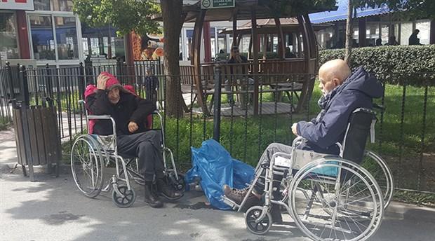 İBB'den vicdansızlık örneği: Yaşlı ve kimsesiz vatandaşları hastane bahçesine bıraktı ve gitti
