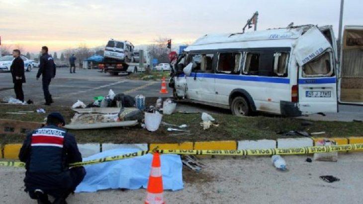 Manisa'da işçileri taşıyan servis kaza yaptı: Ölü ve yaralılar var