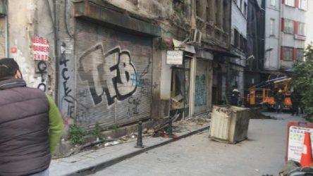 Karaköy'de bina çöktü