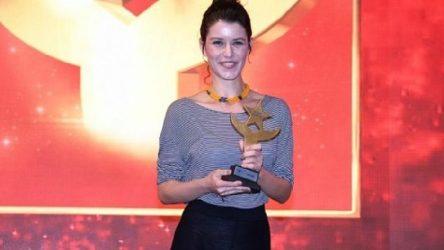 Beren Saat,'Onur Ödülü'nü İstanbul Üniversitesi öğrencilerine adadı