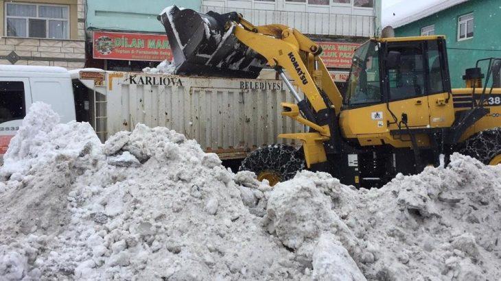 Bingöl Karlıova'da kar kamyonlarla şehir dışına taşınıyor