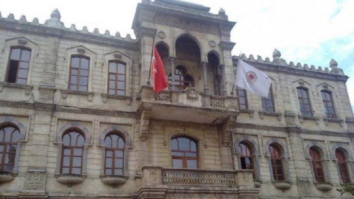 Borçları bahane edip işçiye yüzde 3 zam yapan AKP'li belediye müdürlere otel kapattı
