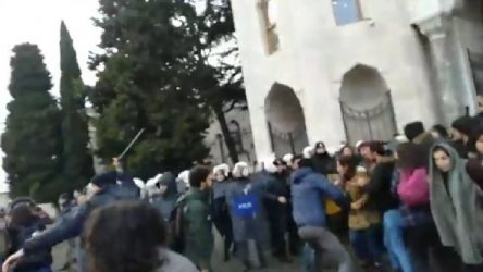 VİDEO | Üniversite dilekçe almadı, polis öğrencilere saldırdı