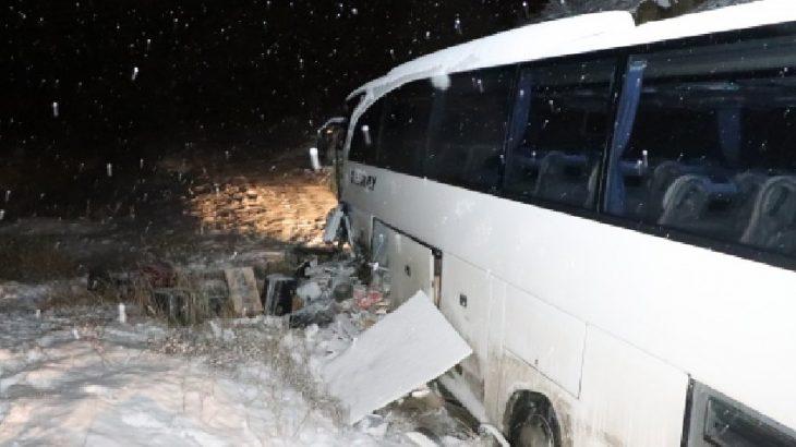 Yolcu otobüsü iş makinesine çarptı: Çok sayıda yaralı