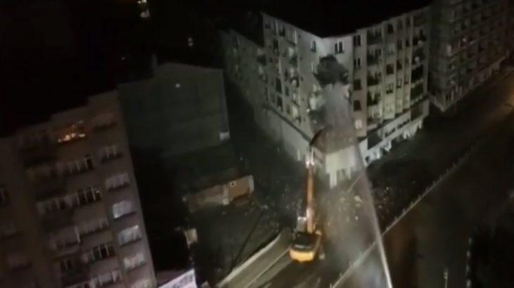 Elazığ'da çökme riskiyle boşaltılan 5 katlı bina yıkılıyor