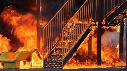 Kayseri Kocasinan'da çocuk parkını benzin döküp yaktılar