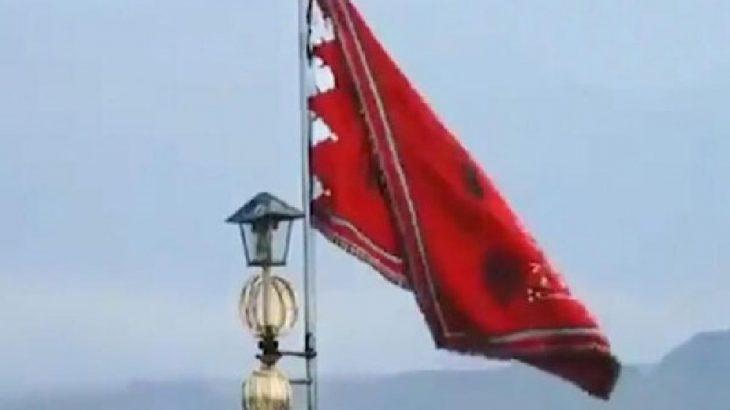 İran'da Cemkeran Camii'ne 'savaş' anlamına gelen kırmızı bayrak çekildi