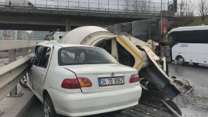 Bağcılar'da beton mikseri bir aracın üzerine devrildi