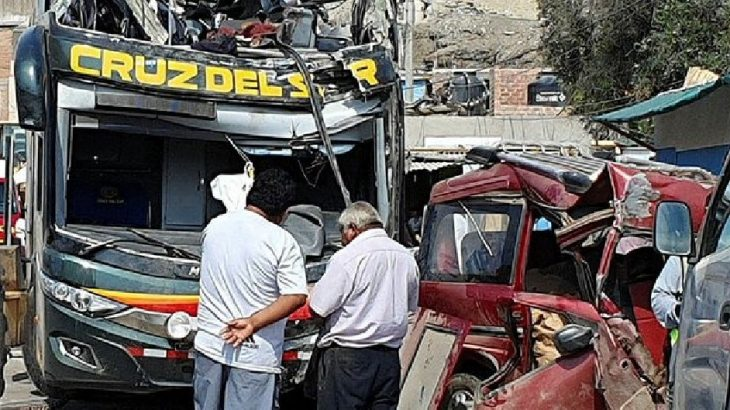 Peru'da yolcu otobüsü park halindeki araçlara çarptı: 16 ölü, 40 yaralı