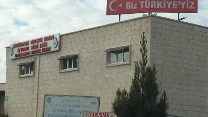 Cezaevinin tepesine'Biz Türkiye'yiz' tabelası koydular