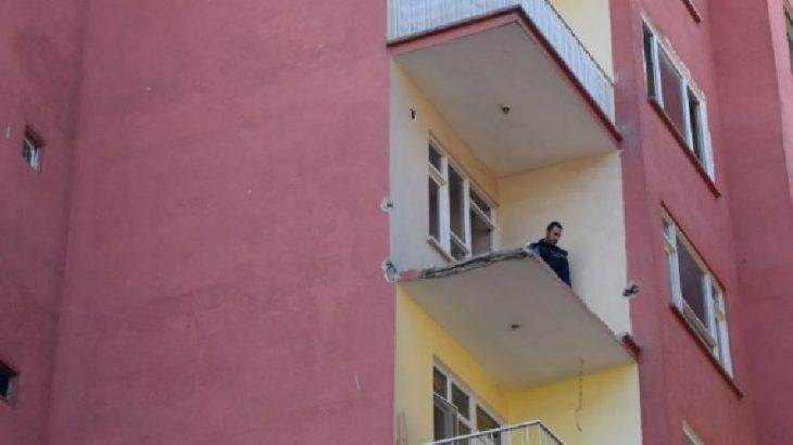 Depremde hasar gören binanın balkon demirlerini söken hurdacı düşerek hayatını kaybetti