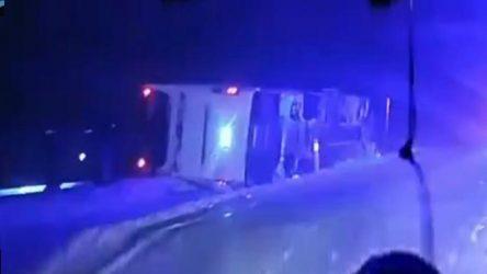 Kar yağışı sebebiyle yolcu otobüsü devrildi: Yaralılar var