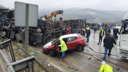 Bursa - İstanbul karayolunda otomobil yüklü TIR devrildi