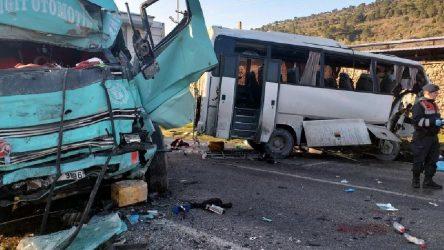 İzmir'de işçi servisi ile kamyon çarpıştı: Çok sayıda ölü ve yaralı var!