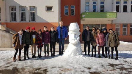 Öğrencilere 'kardan Abdülhamid' yaptırdılar