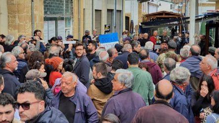 Kıbrıs'ta sınır kapılarının kapatılması protesto edildi: 'Kıbrıs'ta barış engellenemez' sloganları