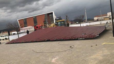 Manisa Kula'da okul kantininin çatısı uçtu
